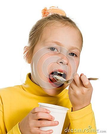 Młodej dziewczyny łasowania jogurt
