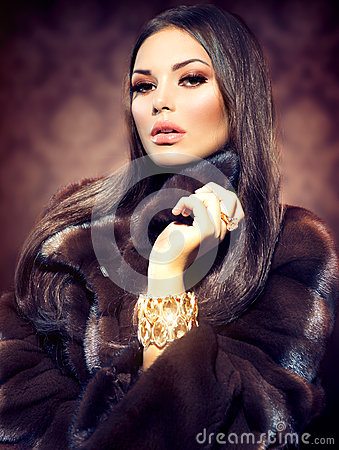 Free Model Girl In Mink Fur Coat Royalty Free Stock Photography - 33485007