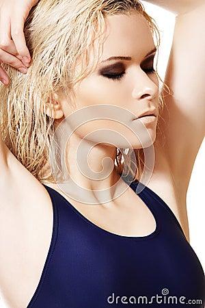 Model met nat blond haar, donkere samenstelling, bleke huid