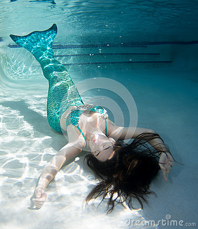Free Model Underwater In A Pool Wearing A Mermaids Tail. Royalty Free Stock Photography - 93658117