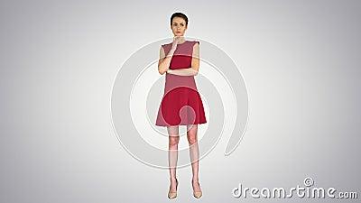 Model z krótkimi włosami myślący o gradientowym tle zdjęcie wideo