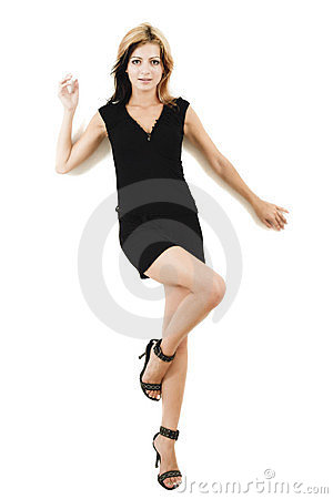 Modello giovane attraente che propone in un vestito nero sveglio