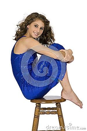 Modelo adolescente - sentándose en taburete con las rodillas para arriba
