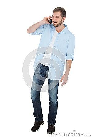 Modelo alegre en el teléfono