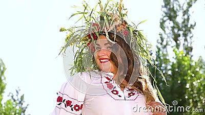 Modelo amovível de tamanho mais em circo floral e vestido ornamentado que se posicione fora filme