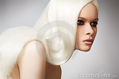 Modelo chique bonito com cabelo reto louro longo