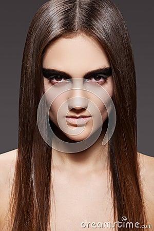 Modelo de alta manera. Maquillaje de la tarde, pelo recto