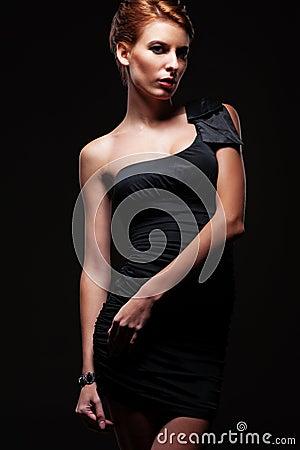 Modelo de fascínio à moda no vestido preto