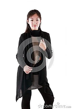Modelo de forma no vestido escuro