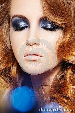 Modelo de manera. Maquillaje del brillo del invierno, pelo rizado