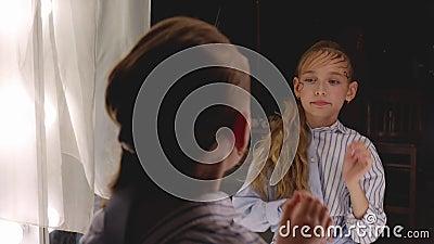 Modelo de moda haciendo espejo frontal en estudio de maquillaje Hermosa chica con el pelo rubio y rizado espejo frontal en el int almacen de video