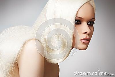 Modelo elegante hermoso con el pelo recto rubio largo