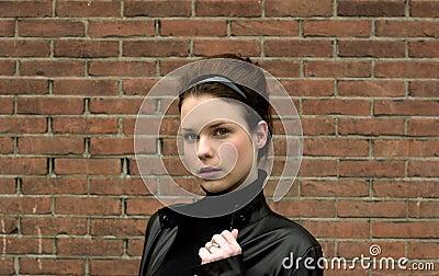 Modelo en la chaqueta de cuero