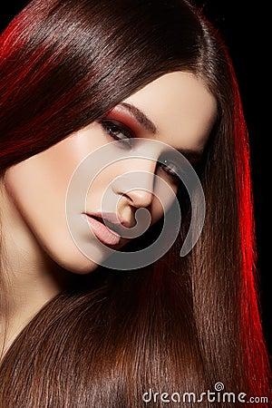 Modelo hermoso con el pelo recto largo y el maquillaje