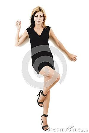 Modelo novo atrativo que levanta em um vestido preto bonito