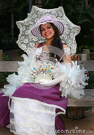 Modelo novo vestido como uma senhora
