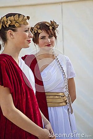 Modelos de las hembras vestidos en trajes romanos antiguos Foto de archivo editorial
