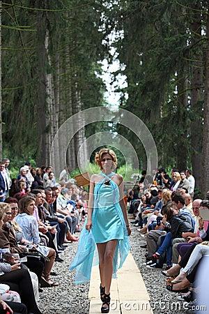Modemodell som bär en turkosklänning Redaktionell Fotografering för Bildbyråer