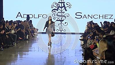 Modemodelle gehen während der Los Angeles Fashion Week zur Start- und Landebahn stock footage