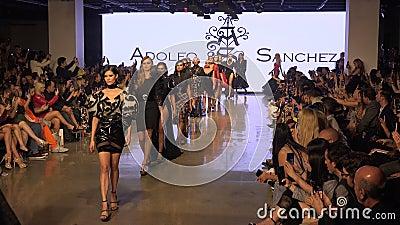 Modemodelle Parade auf der Piste während der Fashion Week in Los Angeles stock video