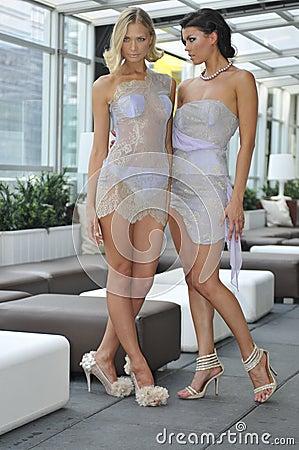 sexiga klänningar hitta äldre kvinnor