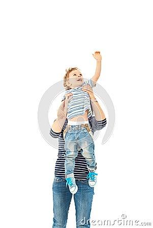 Moder som upp lyfter litet barnpojken