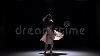 Modern dansersmeisje in witte kledings dansende tijdgenoot, sprongen op zwarte, schaduw, langzame motie stock video