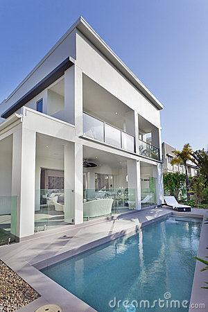 Free Modern House With Swimming Pool Royalty Free Stock Images - 23370259