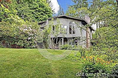 Modern huis oude houten loods en de antieke reeks van de ijzerlijst stock foto afbeelding - Foto modern huis ...
