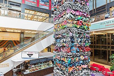 Modern konst av metallavskrädestycken i en shoppinggalleria i Berlin Redaktionell Arkivbild