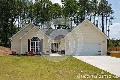 Modern landelijk huis voor verkoop stock foto afbeelding for Huis verkoop site