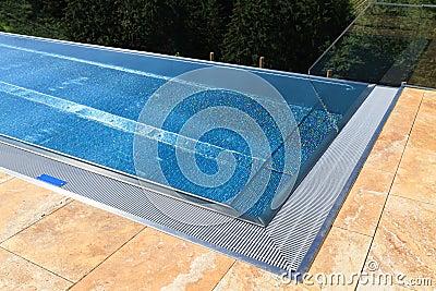 Modern simbassäng