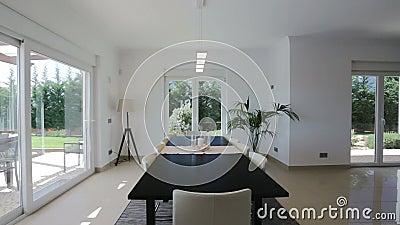 Modern vardagsrum med dekorativ tillbehör