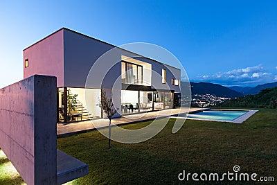 Modern villa med pölen