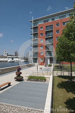 Free Modern Waterfront Apartments UK Royalty Free Stock Photos - 32262878