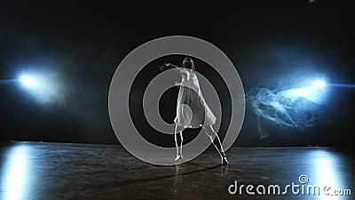 Moderne choreografie ballerina danst op het podium in de schijnwerpers in trage beweging Dance musical Dramatische scène in stock video