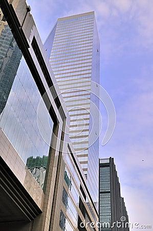 Moderne gebouwen onder blauwe hemel