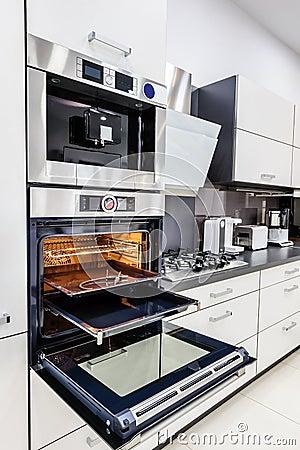 Moderne hallo  hallo tek keuken, oven met open deur stock foto ...