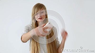 Moderne Jugend schönes langhaariges Europäisch-aussehendes Mädchen mit dem blonden Haar tut selfie auf einem Smartphone nahe eine stock footage