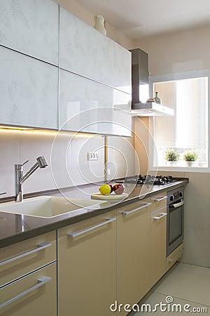 Moderne Küche In Den Beige- Und Cremefarben Stockfoto - Bild: 68119690