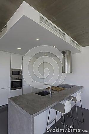 Vloer keuken modern - Grijze en rode muur ...