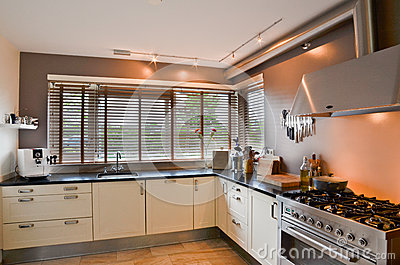 Moderne keuken met roestvrij fornuis en houten vloer stock foto afbeelding 47304824 - Keuken berghuisje ...