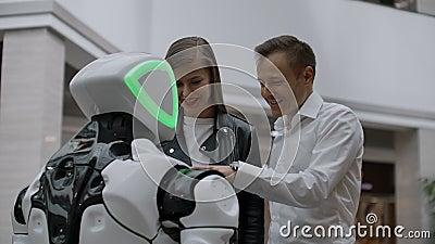 Moderne Robotische Technologieën van interactie met mensen Vriendschap en communicatieparen met een robot Medewerker aan stock video