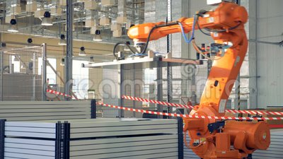 Moderner Industrieroboterarm, der in der Fabrik arbeitet