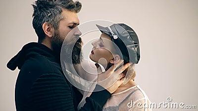 Moderno com barba e menina no tamp?o e nas luvas de couro pares no amor da mulher 'sexy' e do homem farpado abra?o dos pares da r filme