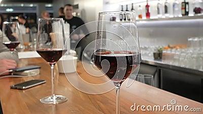 Modieuze wijnglazen op een bar stock video
