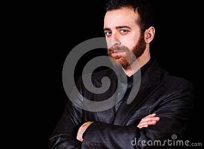 Młody biznesmena portret na czarnym tle