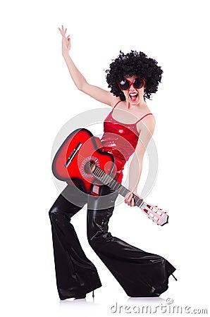 Młody piosenkarz z afro cięciem