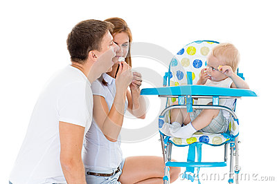 Młody rodzic karmy dziecko.