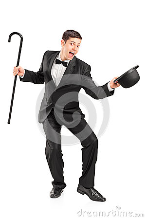 Młody wykonawca z trzciną i kapeluszowym gestykulować